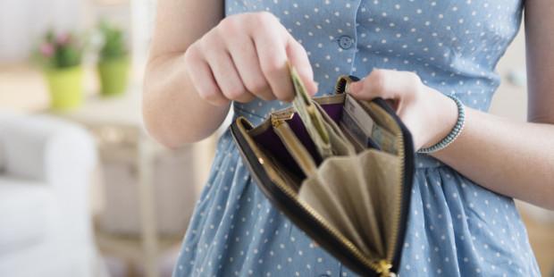 Teenage girl (14-15) with wallet